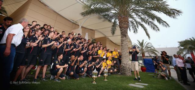 A Red Bull csapat így örül Vettel bahreini győzelmének