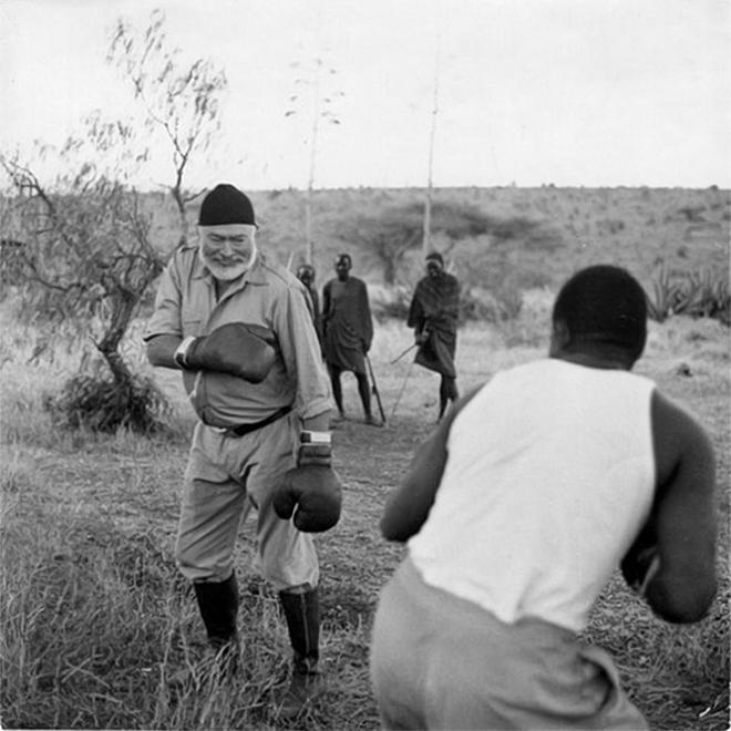 Ernest Hemingway bokszkesztyűben